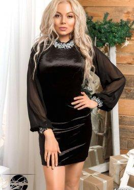 Бархатное платье с украшением