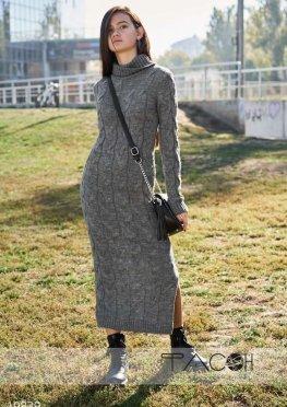 Вязаное платье с высоким воротом