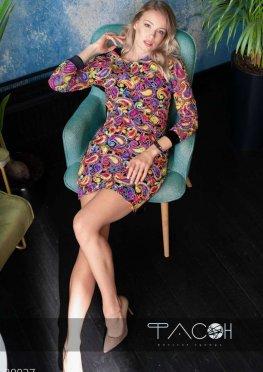 Платье с яркой вышивкой и велюром