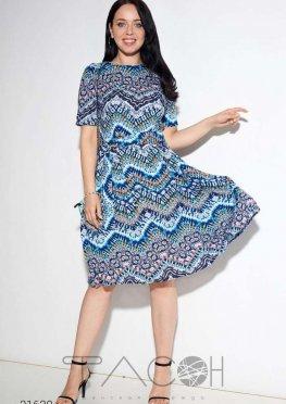Платье с комбинированным принтом и поясом