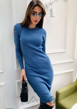 Вязаное платье в рубчик с вырезами на рукавах