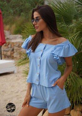 Комплект из блузы с оборками и шорт
