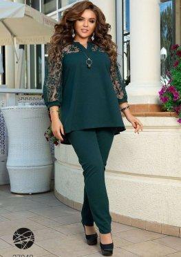 Костюм из блузы с асимметричным нижним краем и брюк
