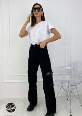 Расклешенные джинсы с рваными разрезами