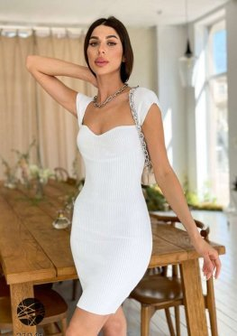 Вязаное платье-футляр в рубчик