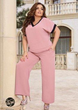 Костюм из блузы с V-образным вырезом и брюк