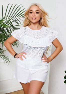 Блуза с перфорацией и оборкой
