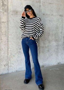 Синие расклешённые джинсы с завышенной талией