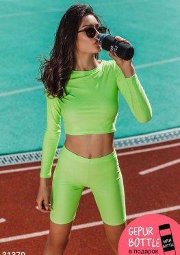 Яркий спортивный костюм