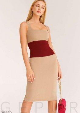 Бежевое платье-футляр в деловом стиле