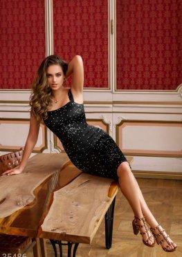 Изящное платье-футляр с атласным блеском