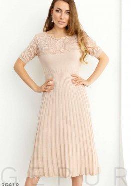 Вязаное бежевое платье с ажурной кокеткой
