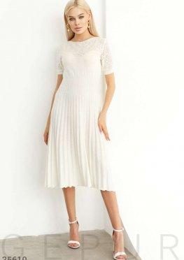 Вязаное белое платье с ажурной кокеткой