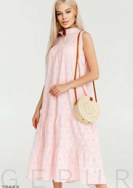 Платье нежно-розового цвета свободного кроя