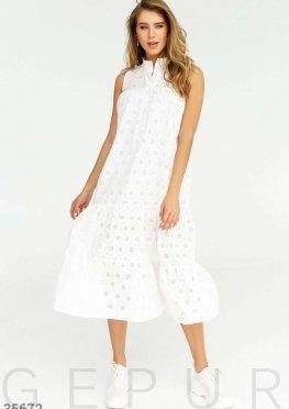 Платье белого цвета свободного кроя