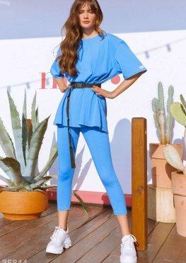 Лаконичный спортивный костюм голубого цвета