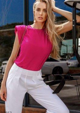 Трендовая розовая футболка с подплечниками