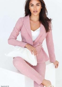 Розовый костюм с оригинальным поясом