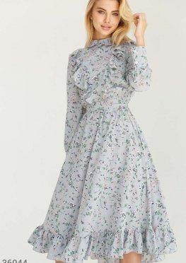 Светлое приталенное платье