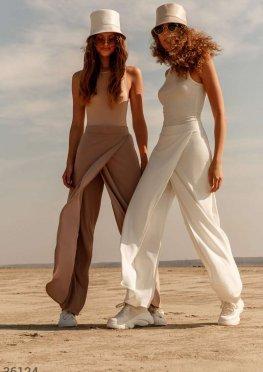 Бежевые брюки со свободным кроем