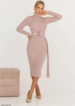 Пудровое вязаное платье