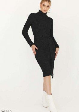 Сдержанное черное миди-платье