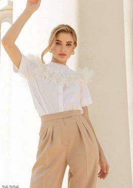 Белая блуза с декоративным воротником