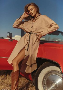 Свободное платье-рубашка базового цвета