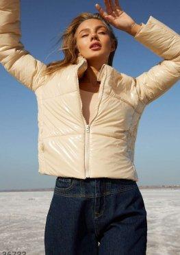 Светлая куртка с укороченным кроем