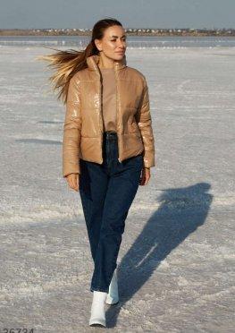 Бежевая куртка из глянцевого материала