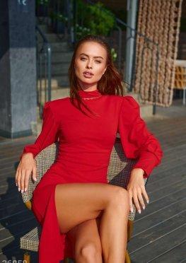 Красное облегающее платье с разрезом