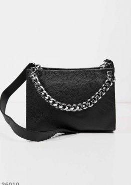 Черная сумка с крупной цепью