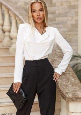 Молочная блуза-боди с акцентными плечами