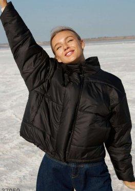 Черная стеганая куртка с oversize-кроем