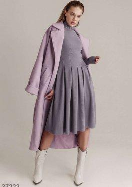 Светло-серое платье сдержанного кроя