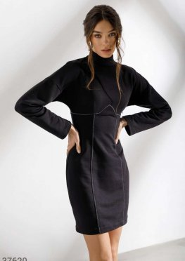 Черное платье-мини с контрастной строчкой