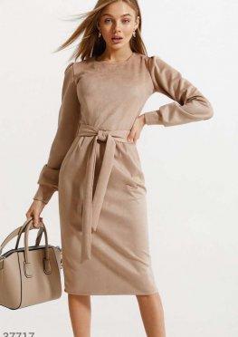 Бежевое платье-миди из замши
