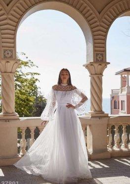 Белоснежное платье с воланом