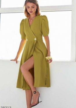 Яркое платье с высоким разрезом