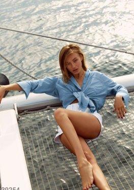 Легкая летняя рубашка голубого цвета