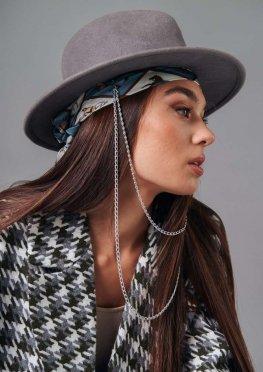 Фетровая шляпа с цепочкой