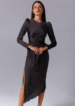 Черное атласное платье с разрезом