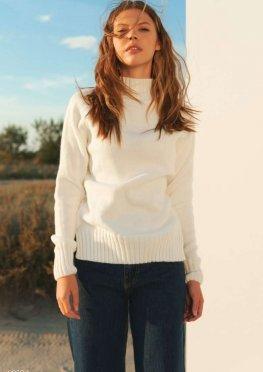 Молочный свитер с разрезами