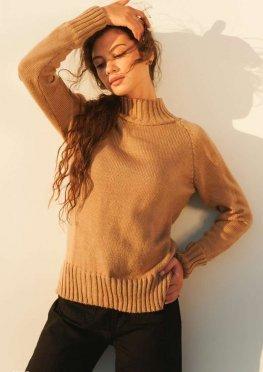 Бежевый свитер с разрезами
