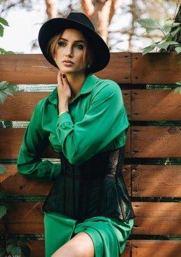 Зеленое платье с затяжками в поясе