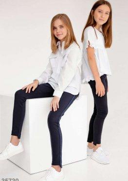 Прямые синие брюки с яркими лампасами