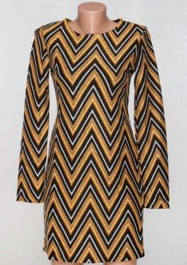 Красивое платье осень зима с крупным зигзагоорбразным принтом телесное