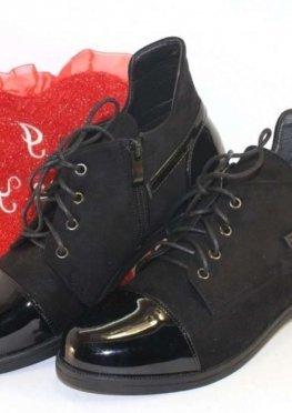 Замшевые ботинки с лаковыми вставками
