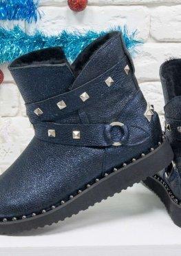 Зимние угги из натуральной синей кожи с перламутровым отливом и ремешками с металлическими заклепками