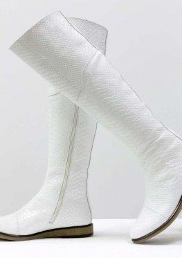 Шикарные белые ботфорты из натуральной кожи с текстурой питон, на светлой подошве